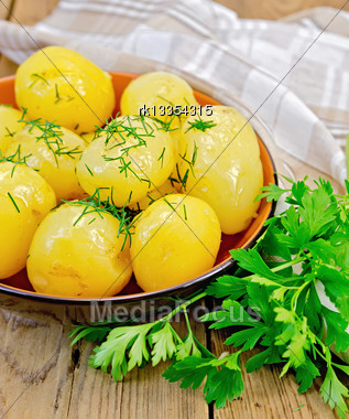 Boiled Potatoes With Dill, Drizzled With Oil In A Crockery, A Bunch Of Parsley, A Napkin On A Wooden Boards Background Stock Photo
