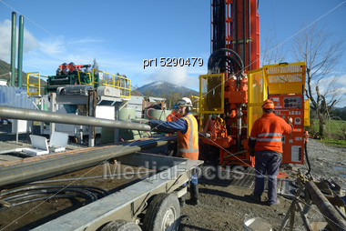 Drilling Crewmen Remove Pipes From The Drillstring On A Rig Drilling Near Greymouth, New Zealand Stock Photo