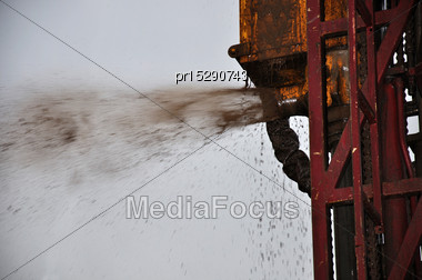 Drilling Rig Expels Mud And Water During Drilling Operation For Coal Seam Gas Stock Photo