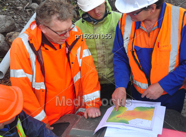 Geologists Discuss The Oil-bearing Formation Being Explored In A Seismic Reflective Survey On The West Coast Of New Zealand Stock Photo