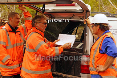 Geologists In The Field Discuss The Results Of A Seismic Reflection Survey Stock Photo