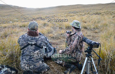 Hunters Prepare For A Shot At A Himalayan Tahr In The Southern Alps Of New Zealand Stock Photo