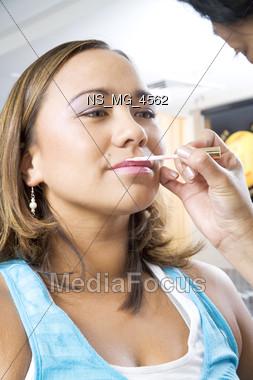 apply frizz makeup Stock Photo
