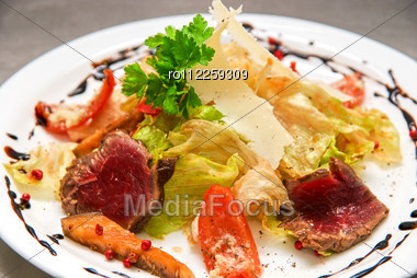 Salad With Roast Beef, Chinese Cabbage, Parmesan Cheese, Courgette, Pepper And Tomato Stock Photo