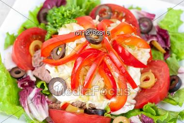 Spicy Salad Of Roast Beef With Potato, Tomato, Cabbage, Pepper And Lettuce Stock Photo
