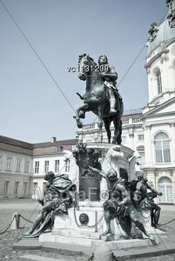 Statue Friedrich Wilhelm I (der Grosse Kurfuerst) Elector Of Brandenburg In The Cour D'honneur Of The Charlottenburg Palace In Berlin Stock Photo