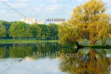 Sunrise Over Lake In Minsk, The First Beams Of The Sun Stock Photo