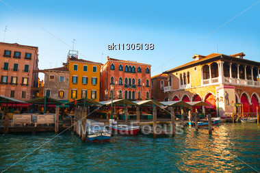 VENICE - DECEMBER 12: Rialto Market On A Sunny Day With Tourists On December 12, 2012 In Venice. It's An Area Of The San Polo Sestiere, Also Known For Its Markets And For The Rialto Bridge Across The Stock Photo